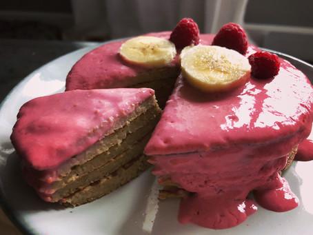 Tortitas de avena y plátano con cobertura de smoothie de frambuesa