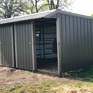Horse stall with 2 slider door