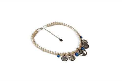 Collier perles d'eau douce et médailles