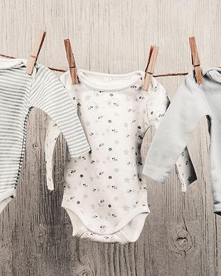 Bebek Çamaşır bir Clothesline asılı
