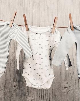 Baby laundry appeso su una clothesline