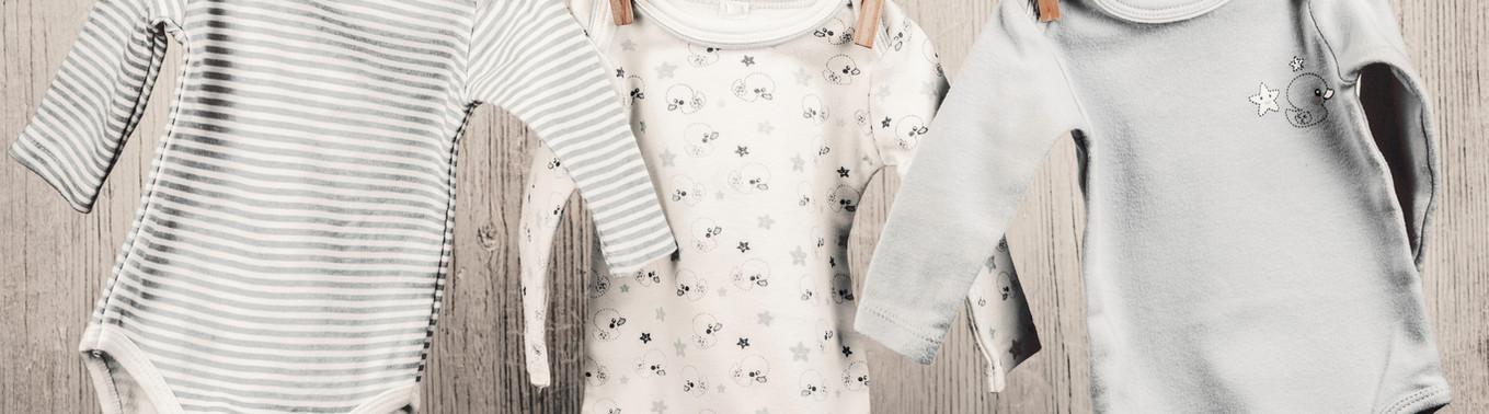 Baby Tvätt hänger på ett klädstreck