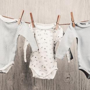 Dítě praní visí na prádelní šňůře
