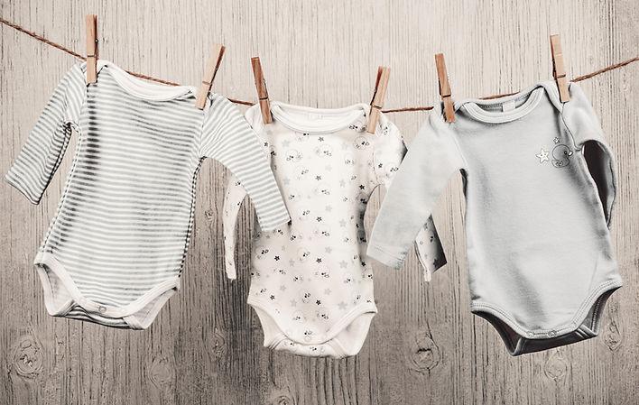 赤ちゃんの洗濯は物干しにぶら下がっ