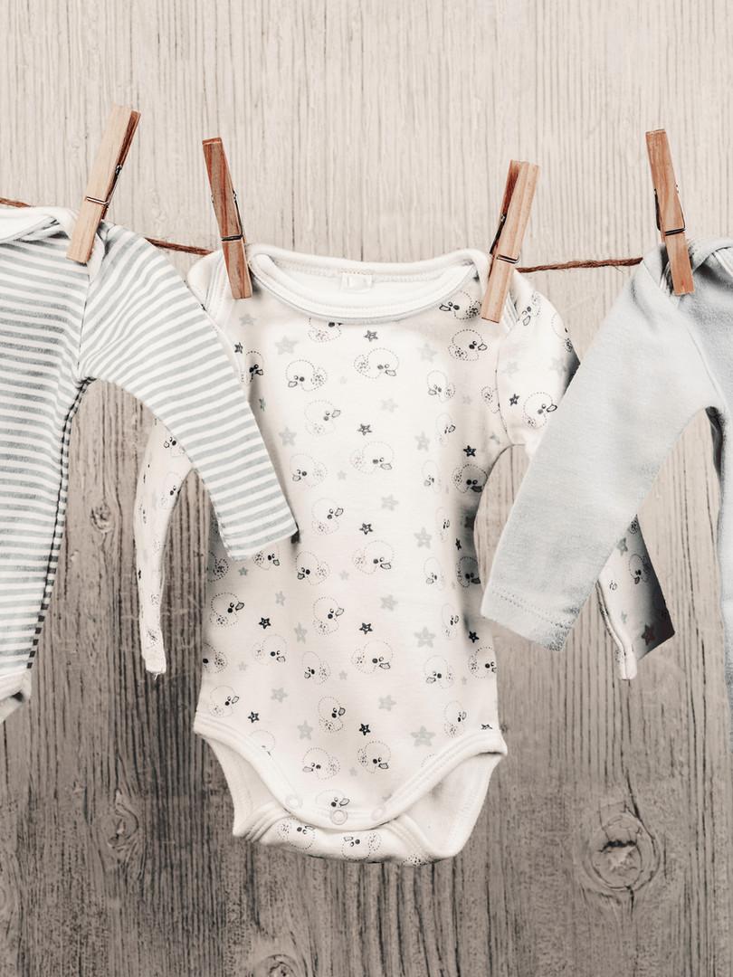 Baby-Wäsche hängt auf einer Wäscheleine