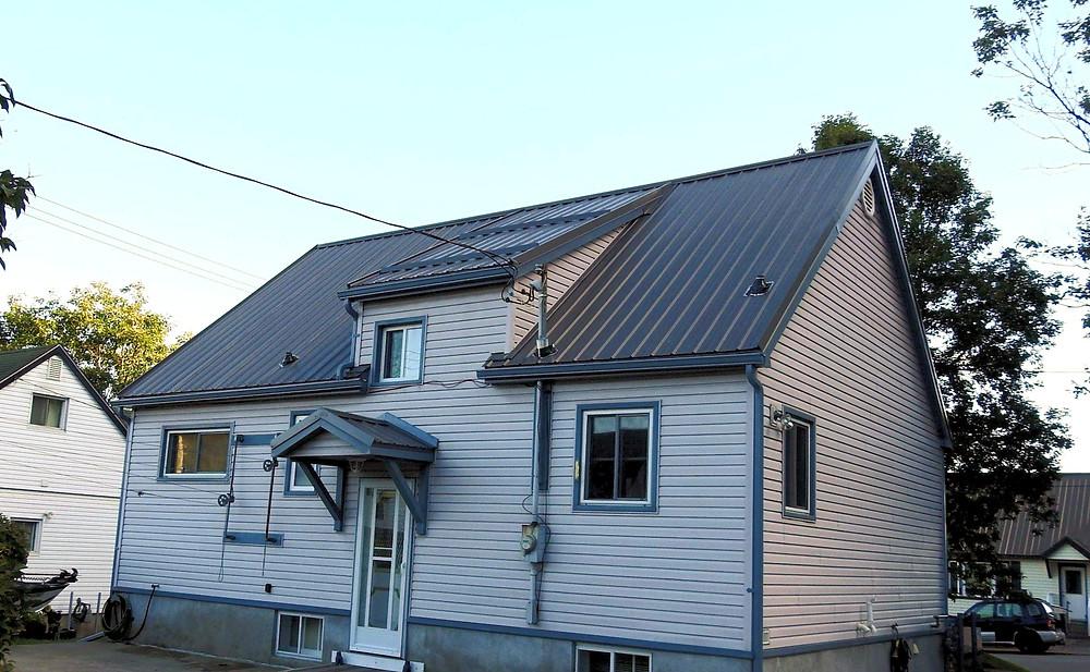 Self-ventilating steel roof
