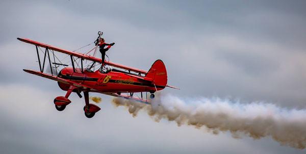 Danielle HUGUES marche sur les ailes de l'avion en vol...