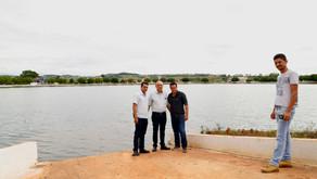 CRV Industrial doa alevinos de tilápia para ajudar no controle biológico das algas invasoras no Lago