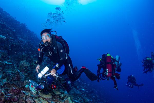 Steven Yong diving.