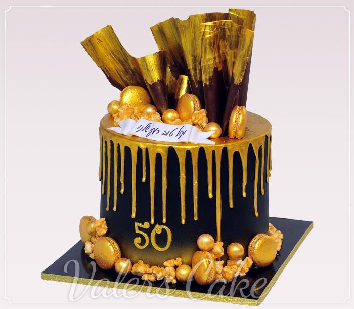 עוגה-שחורה-עם-קישוטי-זהב-ומקרונים