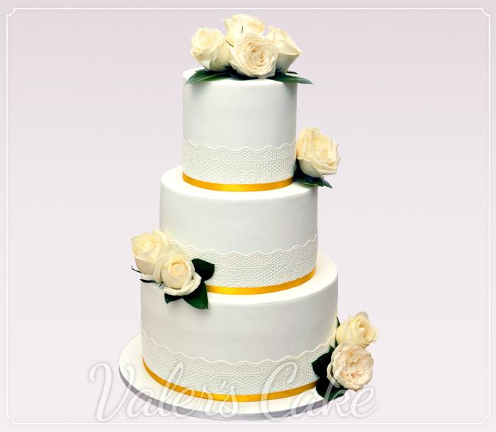 עוגת-חתונה-עם-פרחים-בעיצוב-זהב