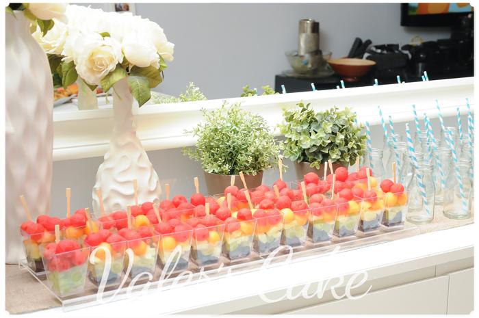 קינוחי פירות בשולחן מעוצב