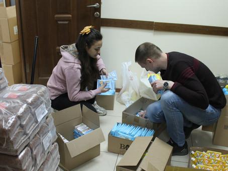 Сто семей с тяжелобольными детьми получили наборы с продуктами и товарами первой необходимости