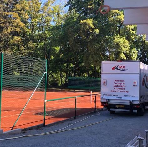 Lossen op de tennisbaan