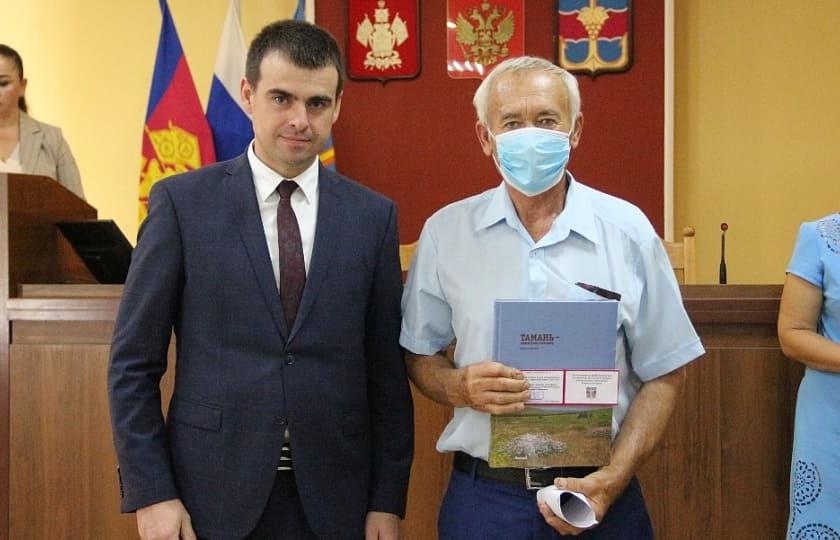 На фото: Виктор Кулик с главой Темрюкского района Федором Бабенковым