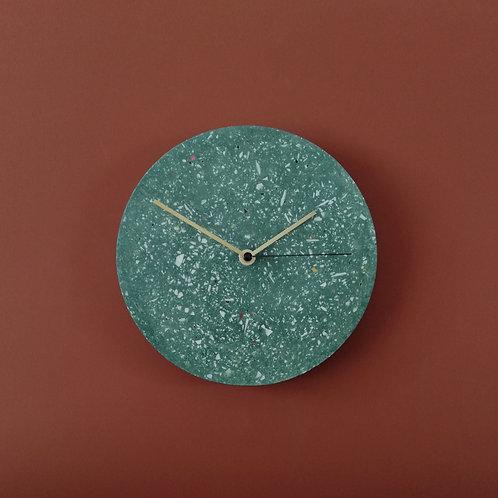 Wanduhr mit Uhrzeiger aus Messing / Grün