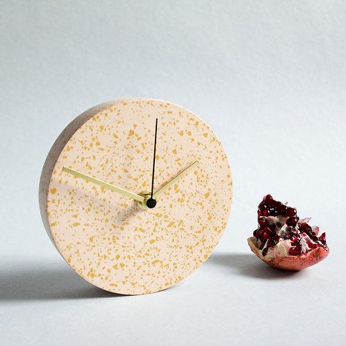 MINI Wanduhr mit Uhrzeiger aus Messing / Koralle + ocker / 13cm