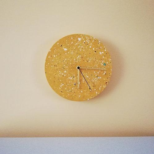 Wanduhr mit Uhrzeiger aus Messing / Ocker