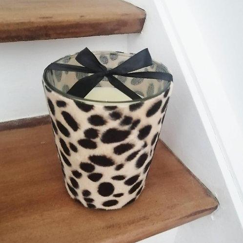 Bougie parfumée aux fleurs blanches coulée dans un verre velours léopard