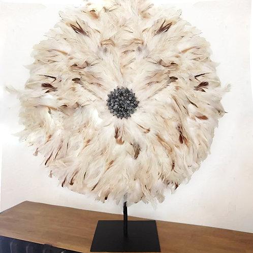 Grand juju hat beige plumes naturelles et coquillages 60 cm sur pied métal noir