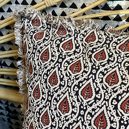 Coussin à motifs et franges 50x50 cm