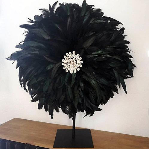 Grand juju hat noir plumes naturelles et coquillages 60 cm sur pied métal noir
