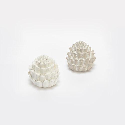 Petite sculpture pomme de pin en ciment blanc
