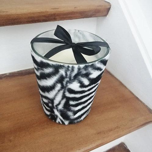 Bougie parfumée aux fleurs blanches coulée dans un verre velours zébré