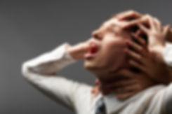 ansiedad-trabajo-cabeza-mujer-manos-que-