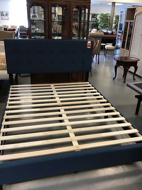 M290 - Queen Tufted Bed