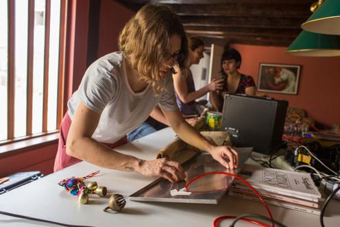 """Laura Zimmerman at Belén's """"taller de exploracion con piezos electricos"""""""