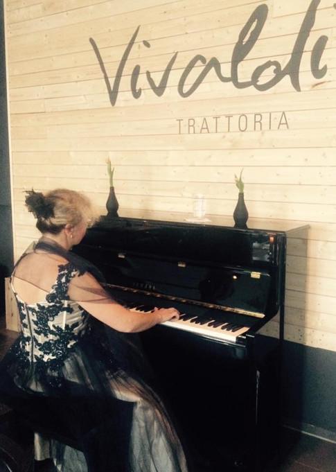Pianistin in der Trattoria Vivaldi
