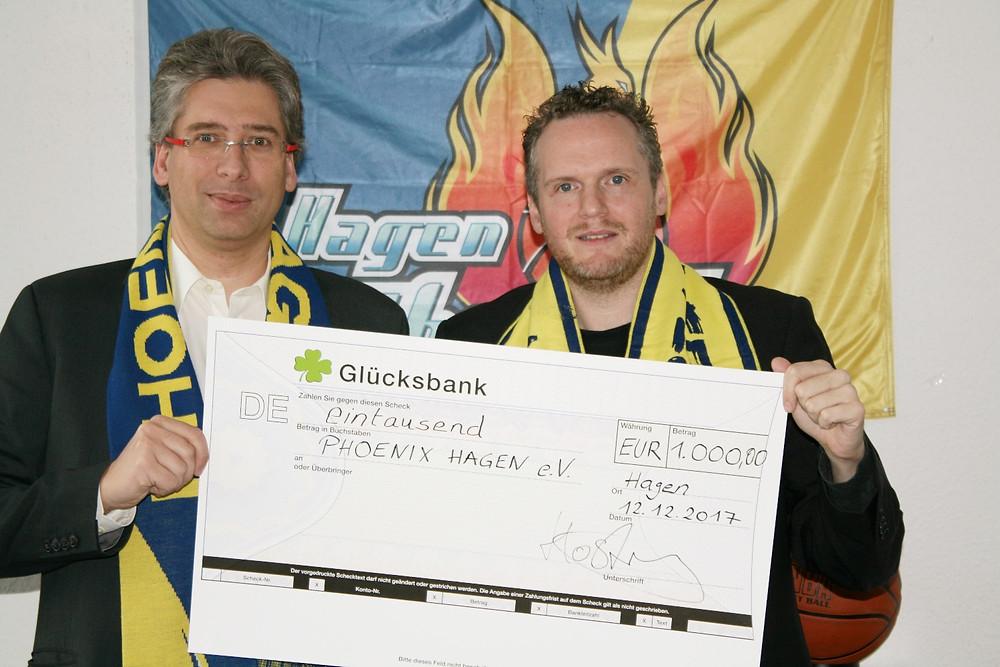 Übergabe Spendenscheck Michael Hösterey Steuerberater an Phoenix Geschäftsführer Seidel