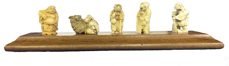 Seri di Netzuke su supporto in legno