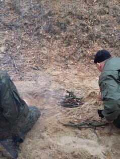 Kursanci w trakcie rozpalania ognia podczas filaru III naszego szkolenia survivalowego. ogniska.