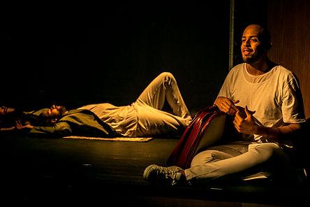 Ériko Carvalho e Conrado Dess  em cena de São Paulo Refúgio