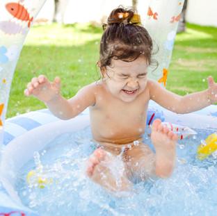 menina brincando na piscina