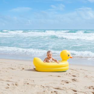 baby sorrindo feliz na praia