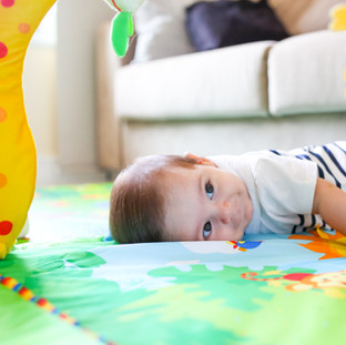 baby brincando tapetinho