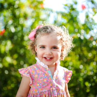 baby sorrindo feliz no parque