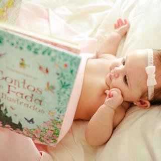 baby lendo livro de conto de fadas