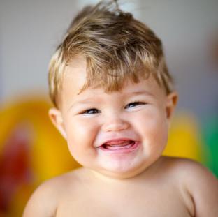 baby sorrindo feliz