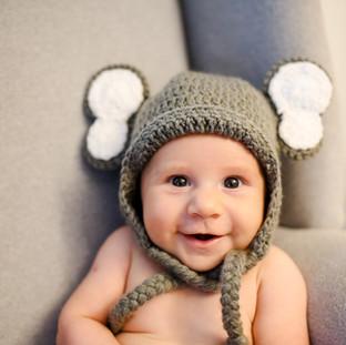 baby sorrindo feliz com fantasia de elefante