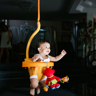 baby pulando no balanço