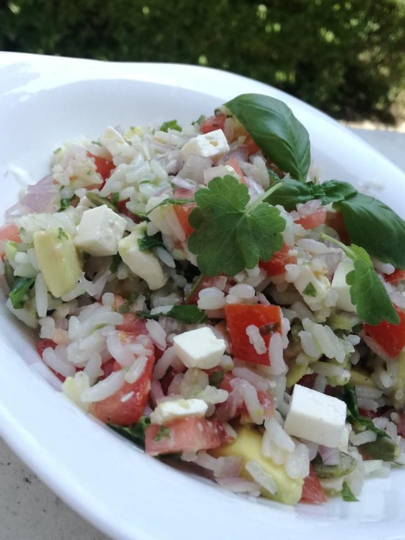 Une délicieuse salade méditéranéenne agrémentée de lierre terrestre.