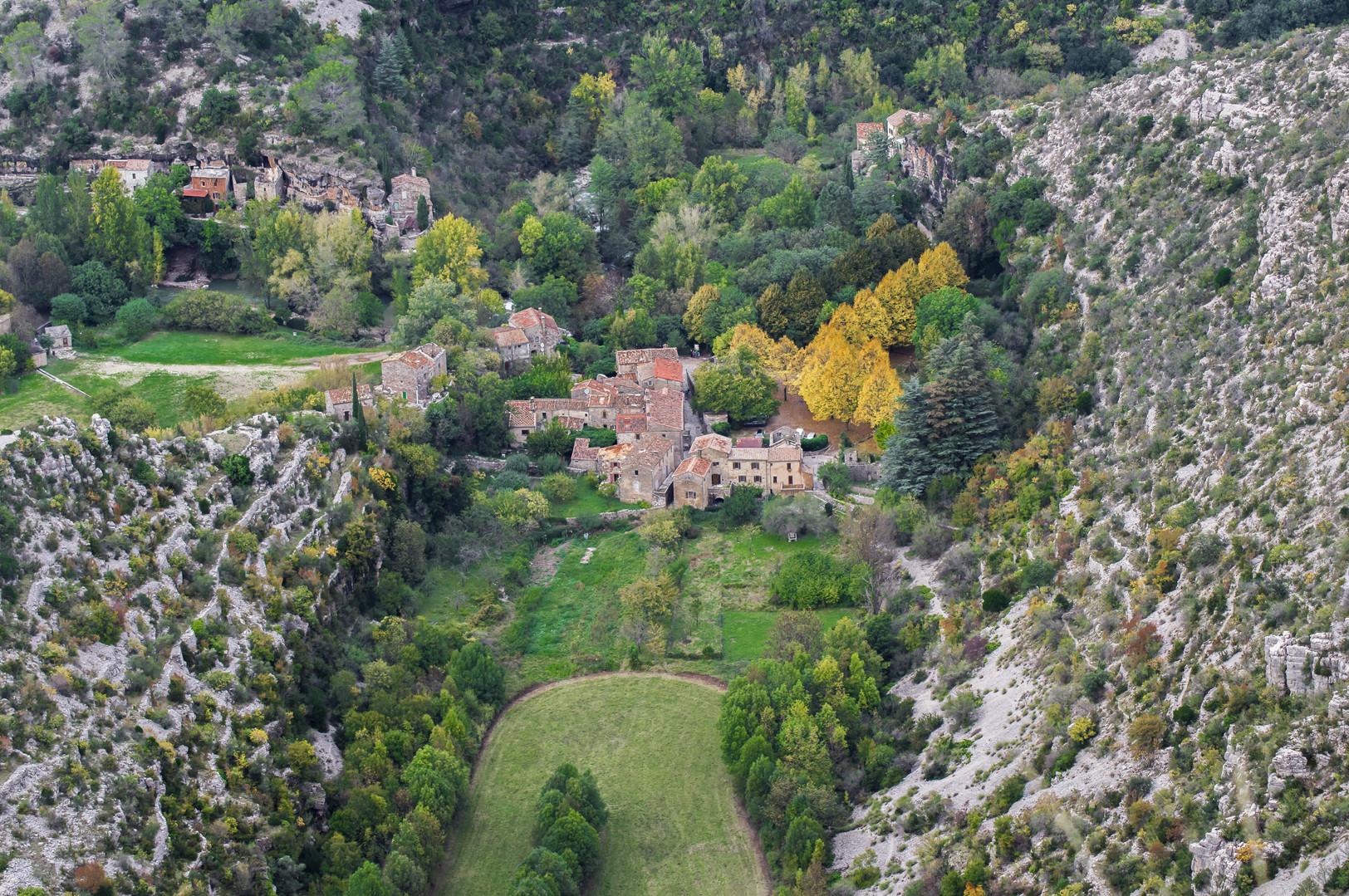 Un village perdu dans les collines cévenoles.