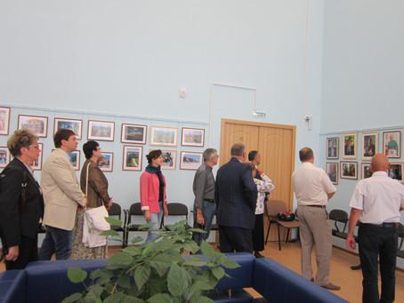 Посещение выставки творческих работ живописи и графики «Рождествено – песнь моя» жителями и гостями