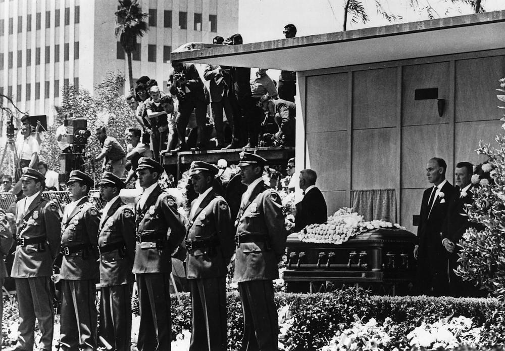Agencia Nacional de Detectives Pinkerton custodiando el féretro de Marilyn Monroe, agosto de 1962.