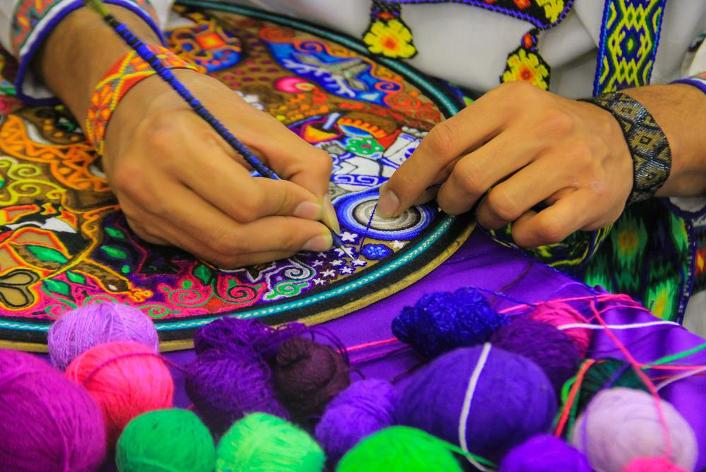 Bordado artesanal en el mercado de artesanías de Mexico