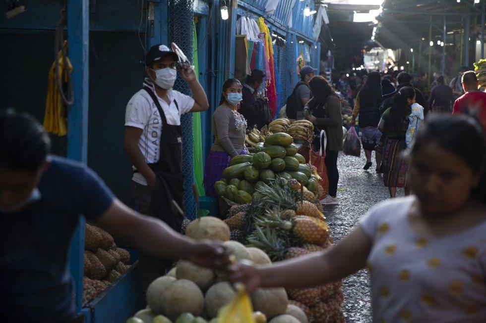 Vendedores ambulantes en Guatemala con mascarilla durante pandemia del COVID-19